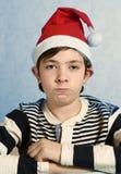 Pojke i den santa hatten som grimacing Arkivfoton