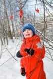 Pojke i den snöig skogen Arkivfoton