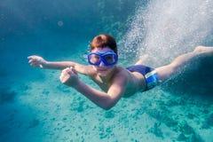 Pojke i djup dyk för simningmaskering i Röda havet nära korallreven royaltyfri foto