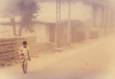 Pojke i duststorm Arkivfoton