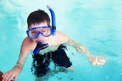 Pojke i dykningmaskering i pöl Arkivfoton