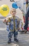 Pojke i en härlig klänning på karnevalet Royaltyfria Foton