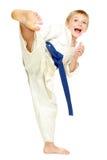 Pojke i en kimonotakt ett sparkben Arkivbild