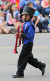 Pojke i en marschmusikband Arkivbild