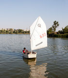 Pojke i en segelbåt Royaltyfri Foto