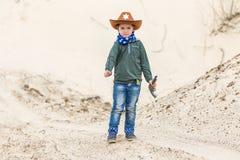 Pojke i en sheriffhatt Arkivfoto