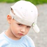 Pojke i en sommarhatt Arkivbilder