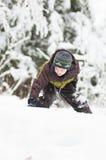 Pojke i en vinterunderland Fotografering för Bildbyråer