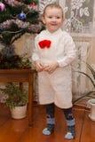 Pojke i en vit skjorta och kortslutningar Royaltyfria Bilder