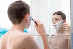Pojke i ett badrum arkivbild