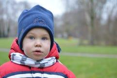Pojke i ett blått lock Royaltyfri Bild