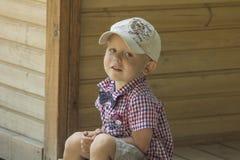 Pojke i ett lock Royaltyfri Bild
