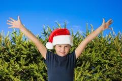 Pojke i ett rött lock av Santa Claus Fotografering för Bildbyråer