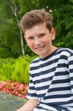 Pojke i ett sommarkafé begreppet av förälskelsen av barn Arkivfoton