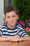 Pojke i ett sommarkafé begreppet av förälskelsen av barn Royaltyfria Foton