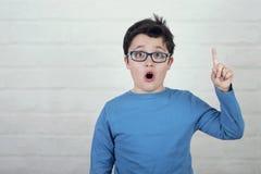 Pojke i exponeringsglas som pekar upp fingret fotografering för bildbyråer