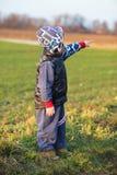 Pojke i fält, barn arkivbilder