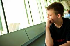 Pojke i flygplatsvardagsrum Royaltyfria Bilder
