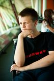 Pojke i flygplatsvardagsrum Royaltyfri Foto