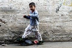 Pojke i gatan av Ramallah Arkivbilder
