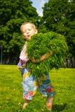 Pojke i gräset Arkivbild