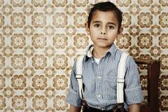 Pojke i hänglsen, stående Fotografering för Bildbyråer