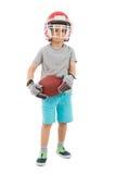 Pojke i hållande rugby för sporthjälm Arkivbild