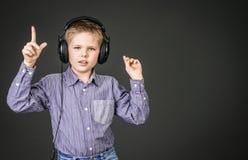 Pojke i hörlurar. Musik. Arkivbilder