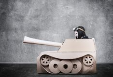 Pojke i handgjord papppanzer Fotografering för Bildbyråer