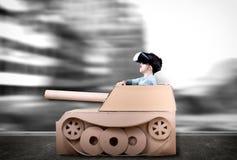 Pojke i handgjord papppanzer Royaltyfri Bild