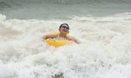Pojke i havet royaltyfria foton