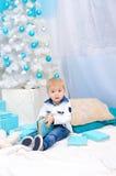 Pojke i inre för nytt år royaltyfri fotografi