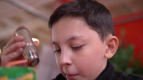 Pojke i kafé stock video