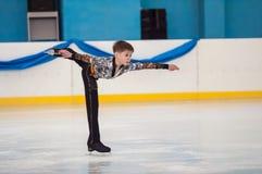 Pojke i konståkningen, Orenburg, Ryssland Royaltyfri Bild