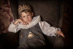Pojke i kronan Arkivfoton