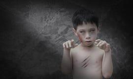 Pojke i levande dödsminket för allhelgonaafton Arkivfoto