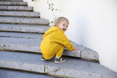 Pojke i moderiktig sportswear i parkera arkivfoto