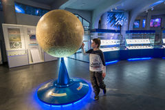 Pojke i Moskvaplanetariet Urania Museum, Ryssland Arkivbild