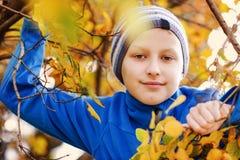 Pojke i nedgång royaltyfri fotografi