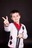 Pojke i official dresscode med en putter Arkivbild