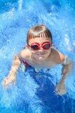 Pojke i pölen med skyddsglasögon Arkivbild