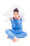 Pojke i pyjamas med en kudde Arkivbilder