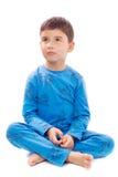 Pojke i pyjamas på vit bakgrund Fotografering för Bildbyråer