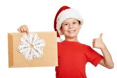 Pojke i röd hatt med bokstaven till santa - begrepp för jul för vinterferie Royaltyfri Bild