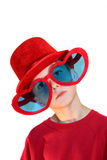 Pojke i röda vertikala hatt- och hjärtaexponeringsglas Arkivbilder