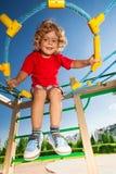Pojke i rengöringsduken på lekplats Arkivbilder