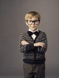 Pojke i roliga exponeringsglas, liten stående för smatbarnmode arkivbild