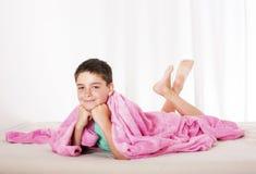 Pojke i säng Royaltyfri Fotografi