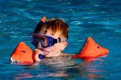 Pojke i simbassäng Arkivbild
