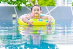 Pojke i simbassängen Arkivbild